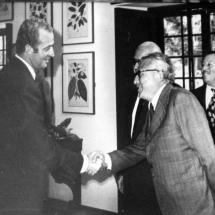 Don Guillermo Cano y Hernando Santos saludan al rey de España.
