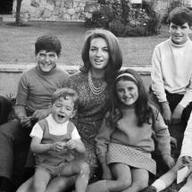 El amor de don Guillermo Cano hacia su familia es indiscutible. En la foto están don Guillermo, doña Ana María y sus cinco hijos.