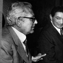Don Guillermo Cano siempre tuvo un cariño especial hacia el vallenato. En esta foto está junto a Rafael Escalona.
