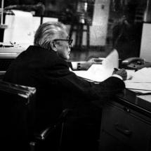 Guillermo Cano en la sala de redacción del periódico El Espectador.