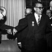 """Después de recibir la condecoración """"Orden de liberación de España"""", don Guillermo Cano junto a Carlos Fernández Shaw y Roberto Gaviria Peña, director de El Tiempo."""