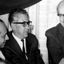 En esta foto don Guillermo Cano está junto a Alfredo Araujo, director del periódico El Siglo, y Roberto García, director de El Tiempo.