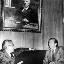 Guillermo Cano y Carlos Andrés Pérez, presidente de Venezuela, sentados debajo del óleo de don Fidel Cano.