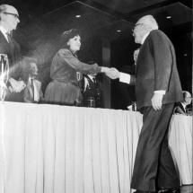 Don Guillermo Cano recibe el premio del Círculo de Periodistas de Bogotá de manos de Consuelo Mendoza.